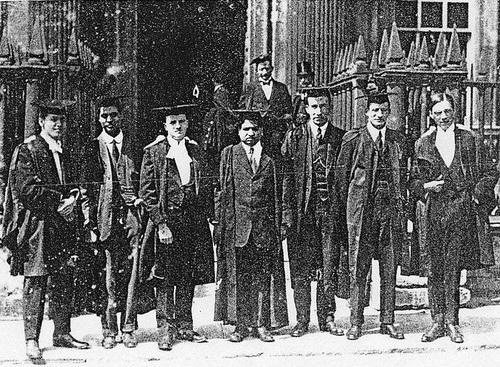 رامانوجان (وسط) در کالج ترینیتی (Trinity College)