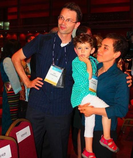 مریم میرزاخانی در کنار همسرش جان وندراک و دخترش آناهیتا