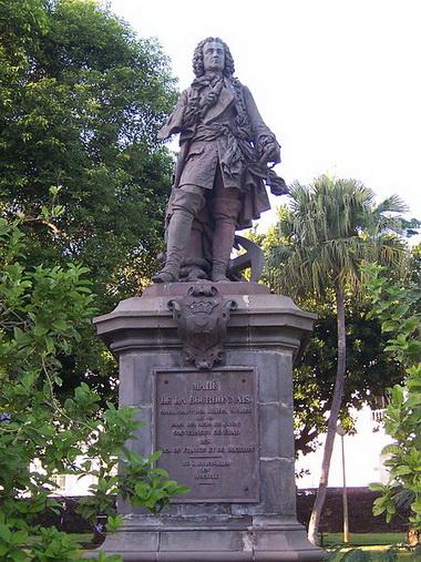 مجسمه برتراند لابوردنه، پدر بزرگ لویی (از افسران نیروی دریایی فرانسه)