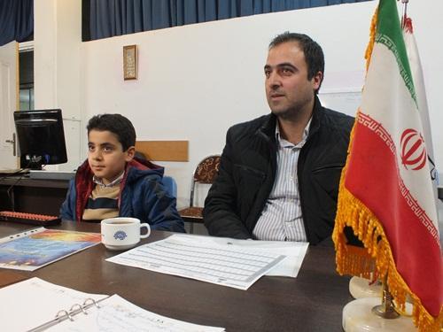 آتیلا کارآفرین در کنار پدرش